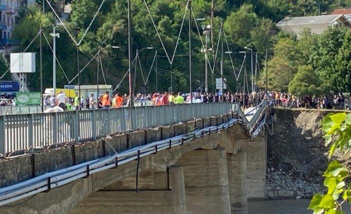 Ayancık'ta selden zarar gören köprü yaya trafiğine kapatıldı