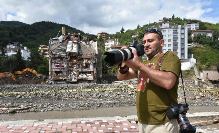 Azerbaycanlı gazeteciler Bozkurt'taki sel felaketini aktarmak için çalışıyorlar