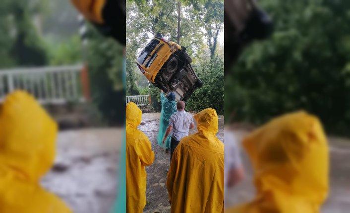 Bartın'da şiddetli yağışta çöken köprüden yola düşen taksinin şoförü, o anları anlattı: