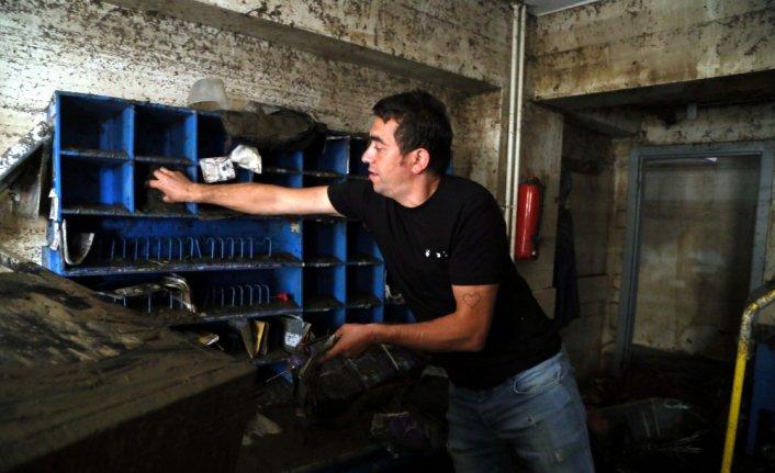 Bozkurt'taki sel felaketinde balçıkla kaplanan PTT şubesindeki posta ve evraklar da kullanılmaz hale geldi