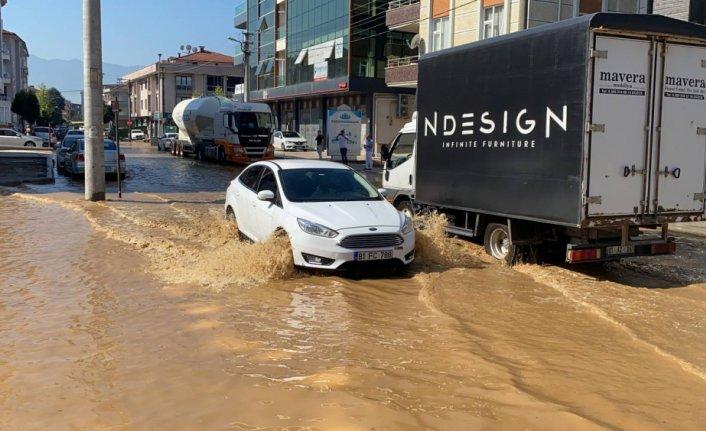 Düzce'de ana şebeke su borusunun patlaması nedeniyle cadde su altında kaldı