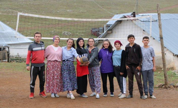 Gümüşhane'de genç kızların yaylada oynadıkları voleybol maçları büyük ilgi görüyor