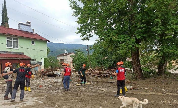 İHH sel bölgesinde 30'u dalgıç 200 kişilik ekiple arama kurtarma çalışmalarına destek veriyor