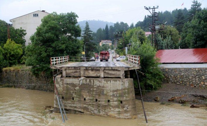 Kastamonu'nun Azdavay ilçesinde sel nedeniyle köprü çöktü