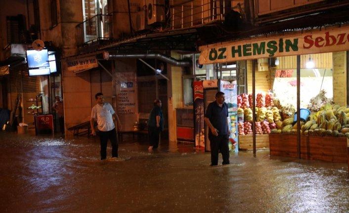 Rize'nin Pazar ilçesinde şiddetli yağış nedeniyle bazı ev ve iş yerlerini su bastı