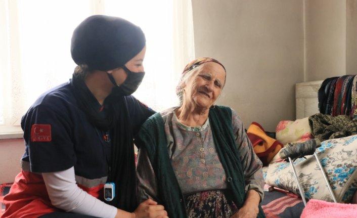 Sağlıkçıların sel bölgesinde ulaştığı 88 yaşındaki Behiye Yıldırım gözyaşlarını tutamadı:
