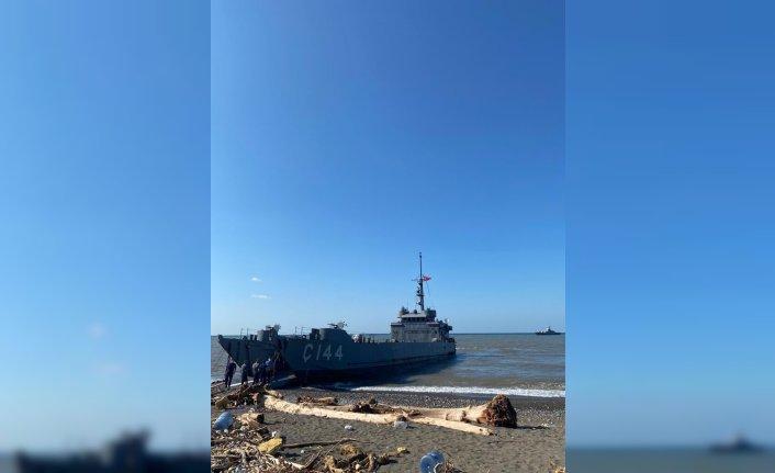 Sel felaketi nedeniyle yolları kapanan Türkeli ilçesine çıkarma gemileriyle araç ve malzeme taşındı