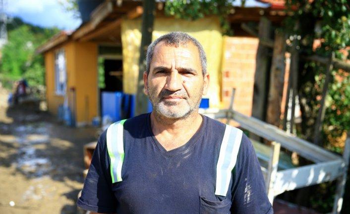 Selde evde mahsur kalan komşularını sırtında taşıyarak kurtaran Halil Özdemir, yaşadıklarını anlattı: