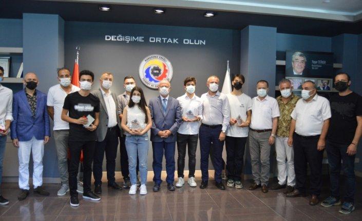 YKS'de ilk 1000'e giren Ereğli'deki 6 öğrenciye altın ve plaket