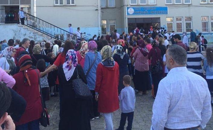 250 öğrenci ve öğretmenin sağlığı bir hizmetliye emanet