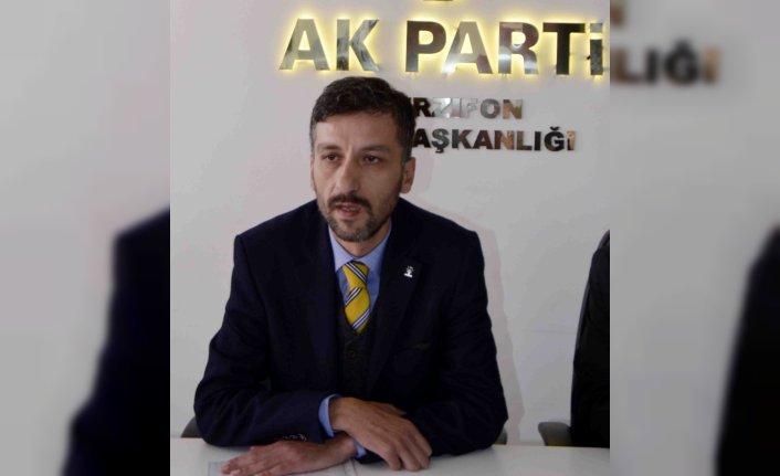 AK Parti İlçe Başkanı Kuzucu'dan İstiklal Marşı'nı okutan öğretmenin kıyafeti nedeniyle eleştirilmesine tepki