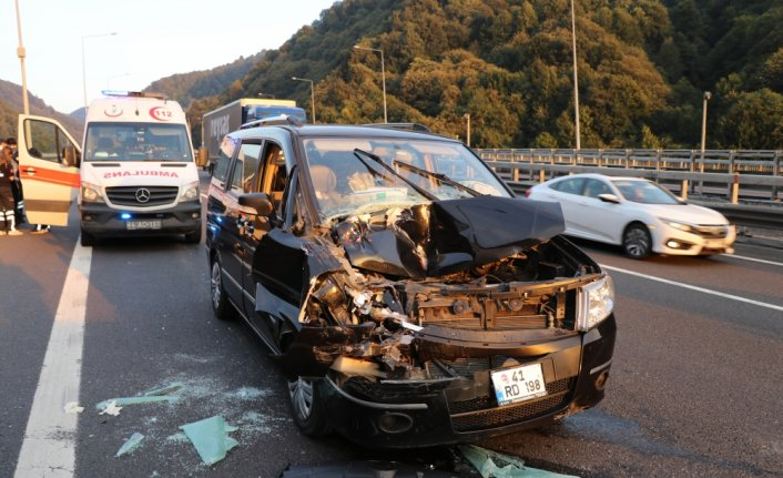 Anadolu Otoyolu'nda kamyonet tıra çarptı: 2 yaralı