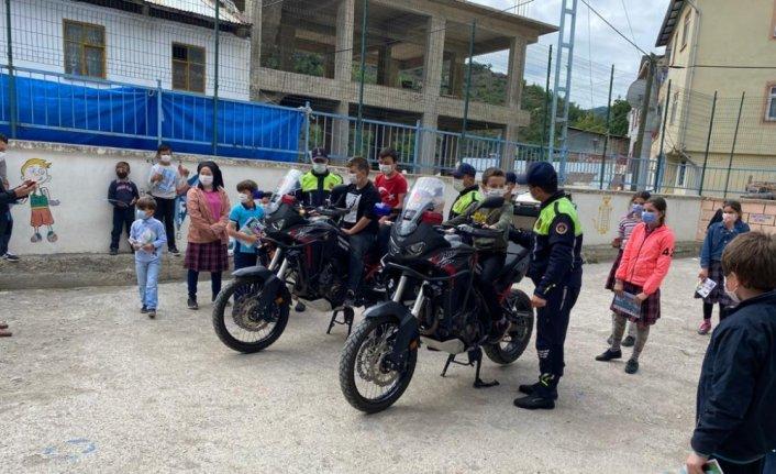 Artvin'de jandarma ekipleri çocukları kişisel güvenlik konusunda bilgilendiriyor