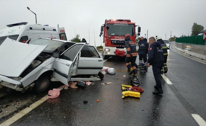 Bolu Dağı'nda bariyerlere saplanan otomobildeki 3 kişi ağır yaralandı