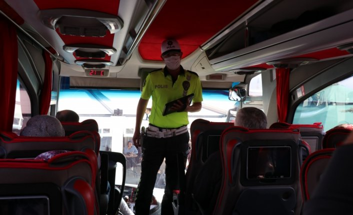 Bolu Şehirlerarası Otobüs Terminali'nde şoför ve yolculara emniyet kemerinin önemi anlatıldı