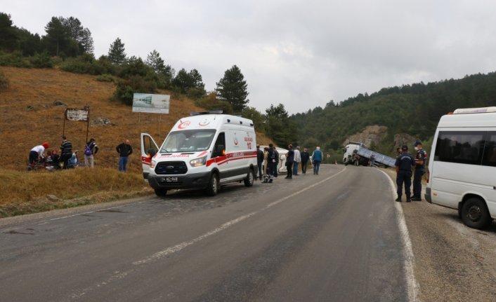 Bolu'da işçi servisi ile tırın çarpışması sonucu 13 kişi yaralandı