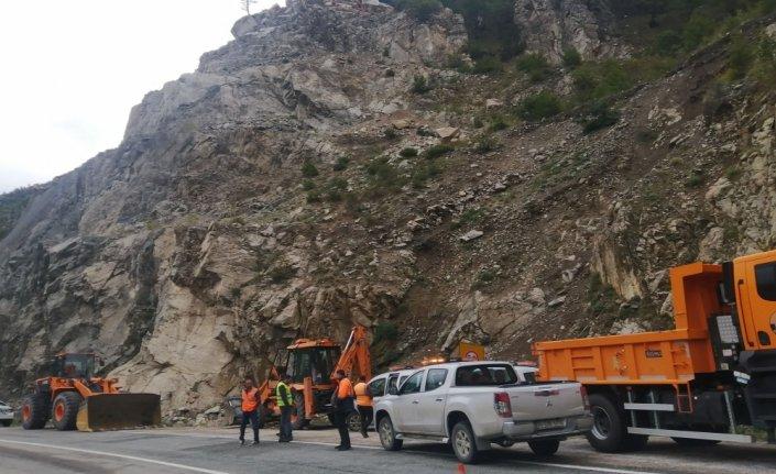 Heyelan nedeniyle kapanan Artvin-Yusufeli yolu ulaşıma açıldı