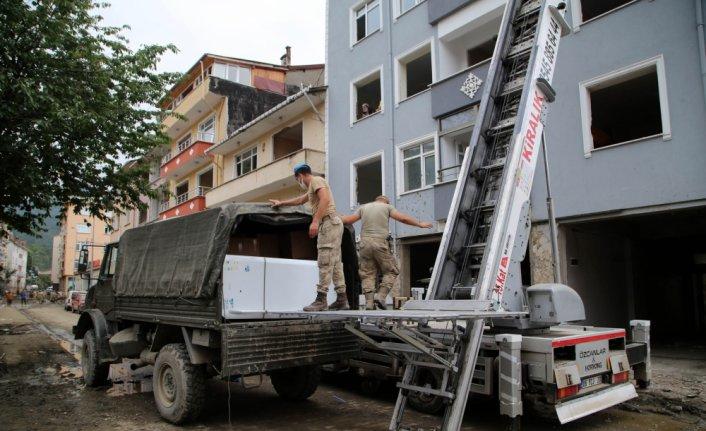 Jandarma selden etkilenen 280 ailenin eşyasını taşıdı