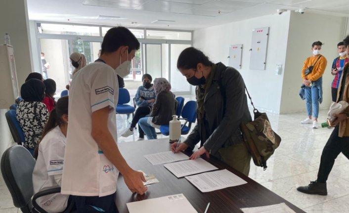 Karabük'te üniversite öğrencileri, aşılarını uygulama merkezinde oluyor