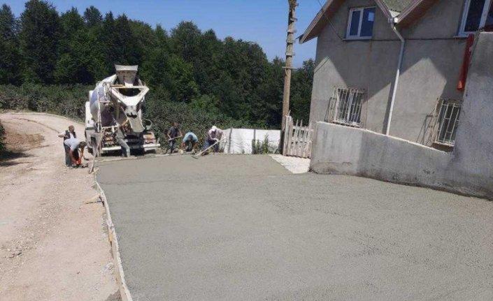 Korgan'da asfalt ve beton yol çalışması yürütülüyor