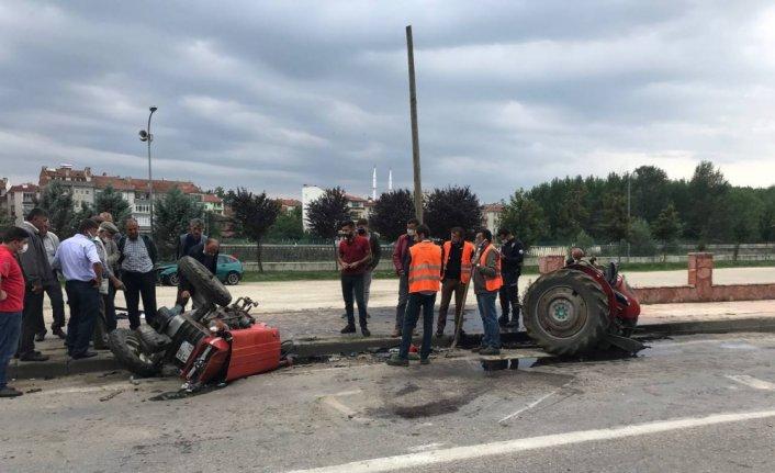 Otomobille çarpışan traktörün ikiye bölündüğü kazada 3 kişi yaralandı