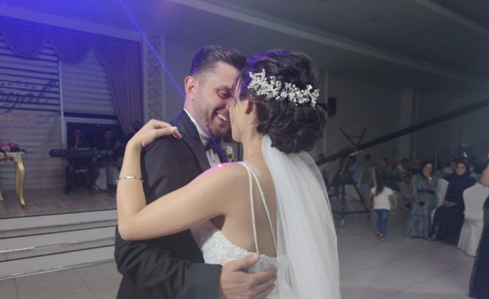 Salgın nedeniyle düğünlerini ertelemeli yapan çiftten davetlilere