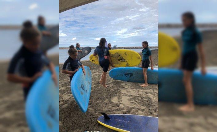 Sörf tutkunları Ordu'da denizin ve rüzgarın keyfini çıkarıyor