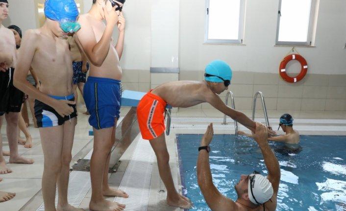 Suluova'da 2 bin 105 kursiyer kulaç atmayı öğreniyor