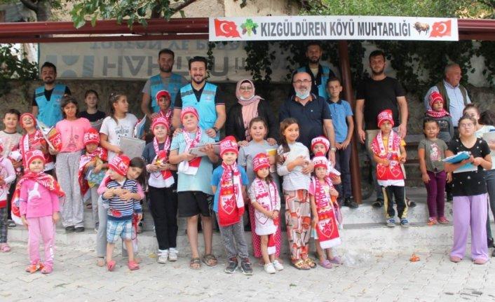 Taşova'da İyilik Hareketi gönüllüleri köy çocuklarına hediye dağıttı