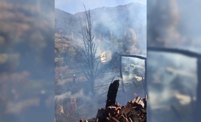 Amasya'da ahşap evde çıkan yangın ormanlık alana sıçramadan söndürüldü