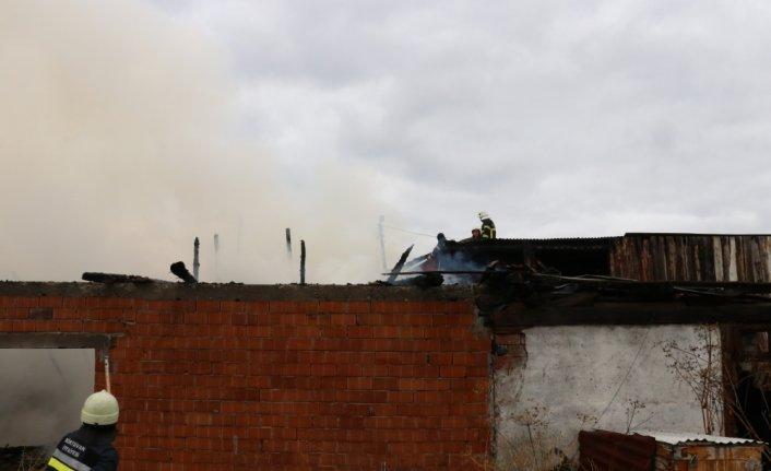 Bolu'da, odunlukta çıkan yangın evlere sıçramadan söndürüldü