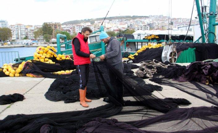 Hava muhalefeti nedeniyle denize açılamayan balıkçılar ağlarının bakımını yapıyor