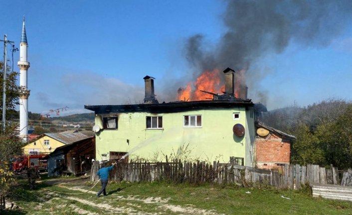 Karabük'te iki katlı ev yanarak kullanılamaz hale geldi