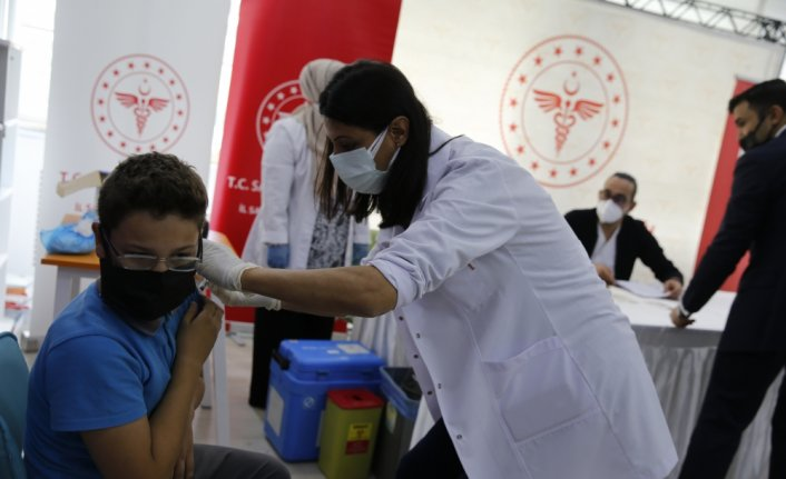 Samsun'da ortaokul öğrencilerine velilerinin onayıyla Kovid-19 aşısı yapılıyor