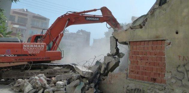 Bafra'da Metruk Binalar Yıkılıyor
