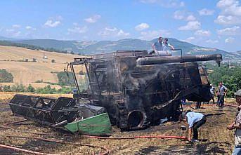 Samsun'da tarlada çalışan biçerdöver yanarak kullanılamaz hale geldi