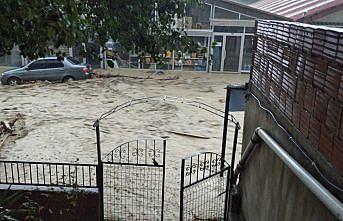 Ayancık'ta sağanağın ardından çay taştı, evleri ve iş yerlerini su bastı