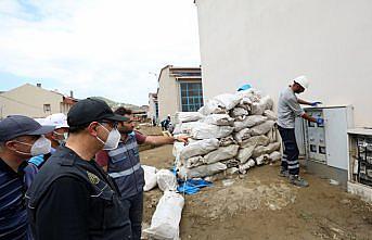 Bakan Dönmez, sel felaketinin yaşandığı Ayancık'ta sanayi esnafına aşure dağıttı