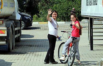 Bakan Kurum, sel sularında bisikleti kaybolan Hira'nın yüzünü güldürdü