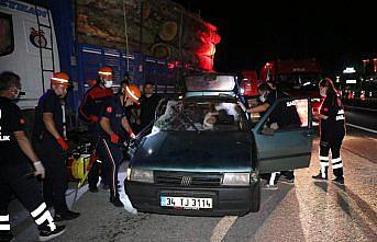 Bolu Dağı'nda tomruk kamyonuna çarpan otomobildeki bir kişi yaralandı