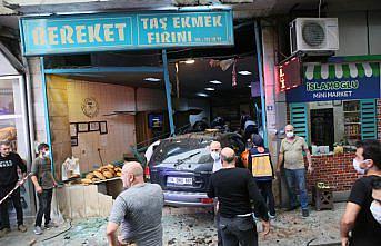 Rize'de kontrolden çıkan otomobil fırına çarptı: 2 yaralı