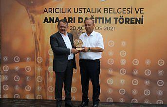 Samsun'da ustalık belgesi almaya hak kazanan arıcılara ana arı dağıtıldı