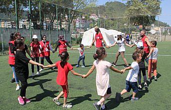 Türk Kızılay gönüllüleri sel felaketi yaşanan Ayancık'taki çocukların gülmesi için çalışıyor