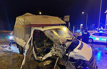 Amasya'da yolcu otobüsü ile kamyonetin çarpışması sonucu 2 kişi yaralandı