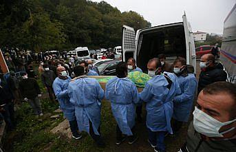 Bebeği sezaryenle alındıktan sonra Kovid-19'dan ölen kadının cenazesi toprağa verildi