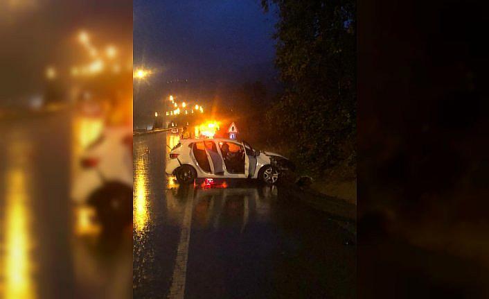 Samsun'da refüje çarpan otomobildeki 3 kişi yaralandı