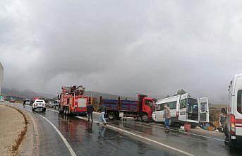 Tokat'ta kamyonet ile minibüsün çarpışması sonucu 2 kişi öldü, 11 kişi yaralandı