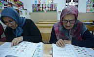 10 kızını okuttu şimdi kendisi okuma yazma öğreniyor