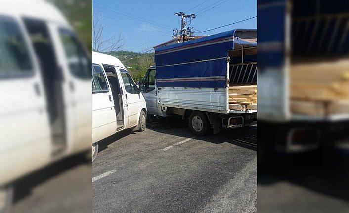 Ordu'da kamyonet ile minibüs çarpıştı: 8 yaralı
