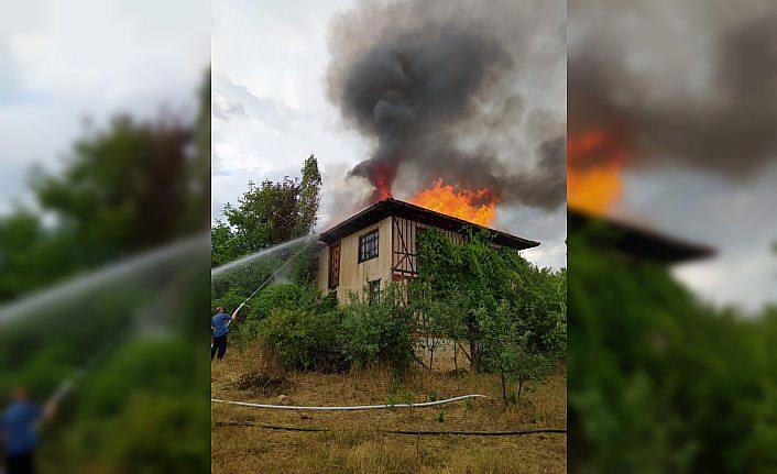Kastamonu'da yıldırım isabet eden evde yangın çıktı